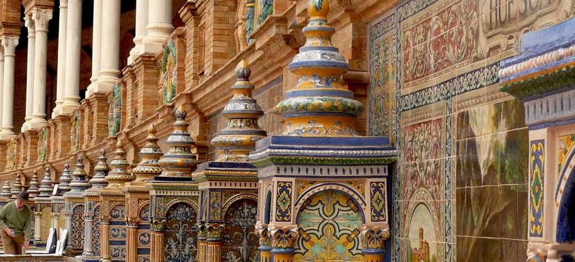 Azulejos que decoran la plaza de España de Sevilla, patrimonio de la humanidad